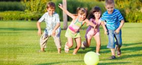 Kinderen-die-buiten-sporten-en-spelen