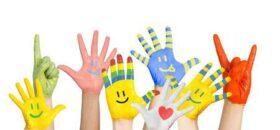 22604522-geschilderd-kinderen-de-handen-in-verschillende-kleuren-met-smilies[1]